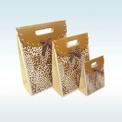 China Custom Design Printed Paper Gift Bags , Decorative Paper Bags Multi Size supplier