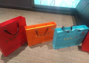 China Fashion Colored Paper Gift Bags With Handles Customized Size And Color factory